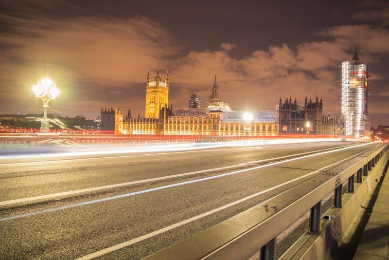 Londra, Regno Unito, il 17 febbraio 2018: l'esposizione lunga ha sparato del ponte di Westminster e dell'armatura del rinnovament fotografia stock libera da diritti