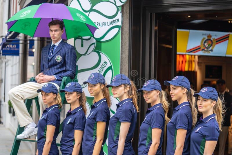 Londra, Regno Unito, il 14 luglio 2019 Fotografo che prende le immagini dei modelli sportivi vicino al negozio di Polo Ralph Laur fotografia stock libera da diritti