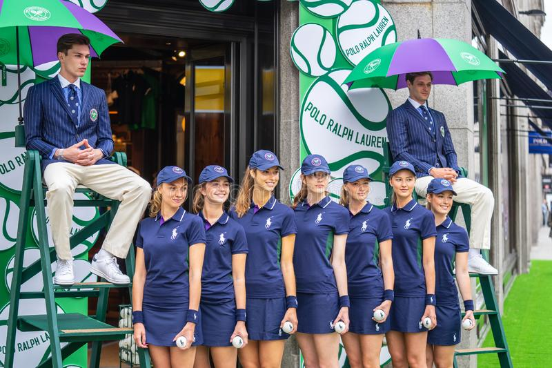 Londra, Regno Unito, il 14 luglio 2019 Fotografo che prende le immagini dei modelli sportivi vicino al negozio di Polo Ralph Laur immagini stock libere da diritti
