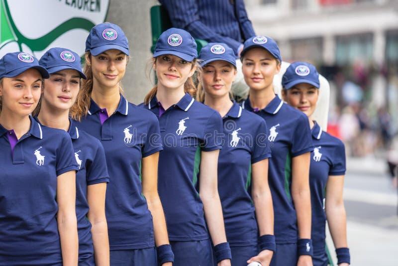 Londra, Regno Unito, il 14 luglio 2019 Fotografo che prende le immagini dei modelli sportivi vicino al negozio di Polo Ralph Laur fotografie stock libere da diritti