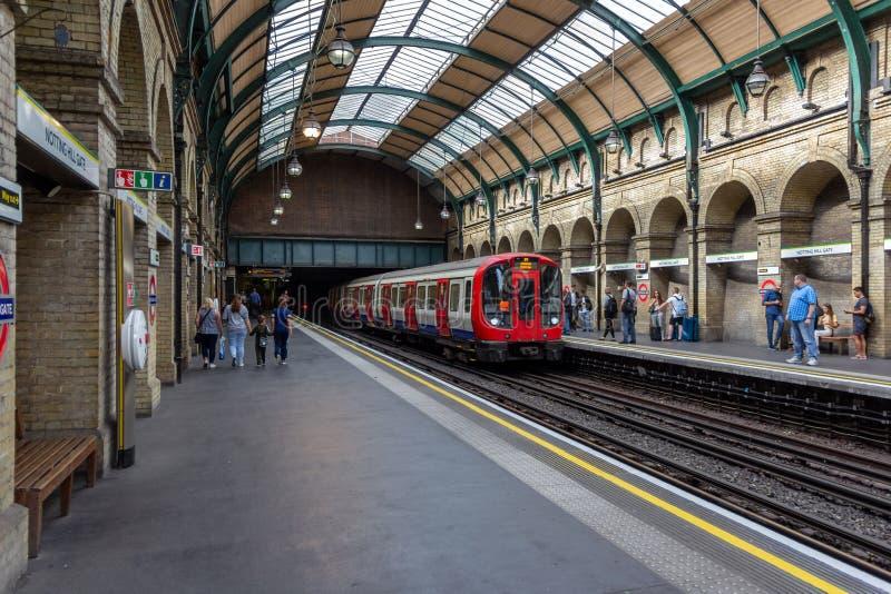 Londra, Regno Unito - 30 luglio 2018: La stazione della metropolitana di Londra di Notting Hill Gate con treno in avvicinamento e fotografie stock