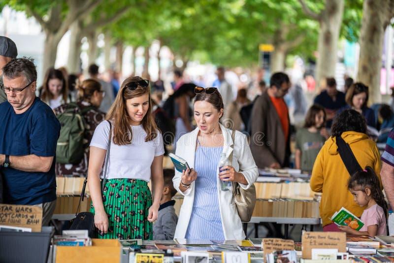 Londra, Regno Unito, luglio 2019 Si accoccola sotto il ponte di Waterloo uno di soli mercati all'aperto permanenti del libro dell immagini stock
