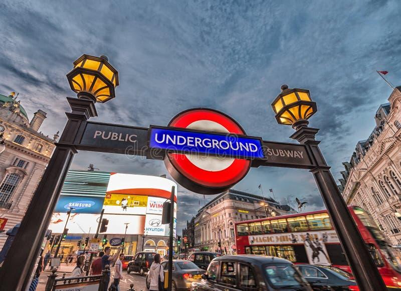 LONDRA, REGNO UNITO - 3 LUGLIO 2015: Via del circo di Piccadilly sotterranea fotografia stock libera da diritti