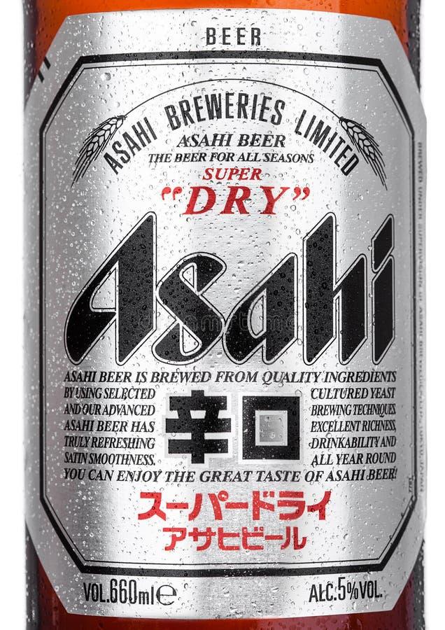 LONDRA, REGNO UNITO - 15 MARZO 2017: Bottiglia vicina su con il logo della birra di Asahi Lager su fondo bianco, fatto da Asahi B immagini stock libere da diritti