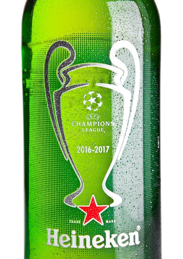 LONDRA, REGNO UNITO - 1° NOVEMBRE 2016: Bottiglia di Heineken Lager Beer su fondo bianco Sostiene la lega 2016-2017 Heineken è le fotografia stock libera da diritti