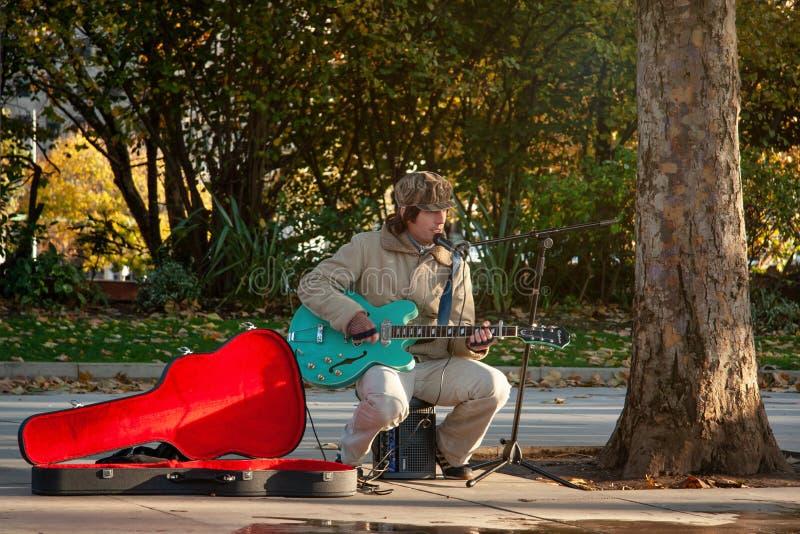 Londra, Regno Unito - 18 novembre 2006: Pla sconosciuto del musicista ambulante fotografia stock