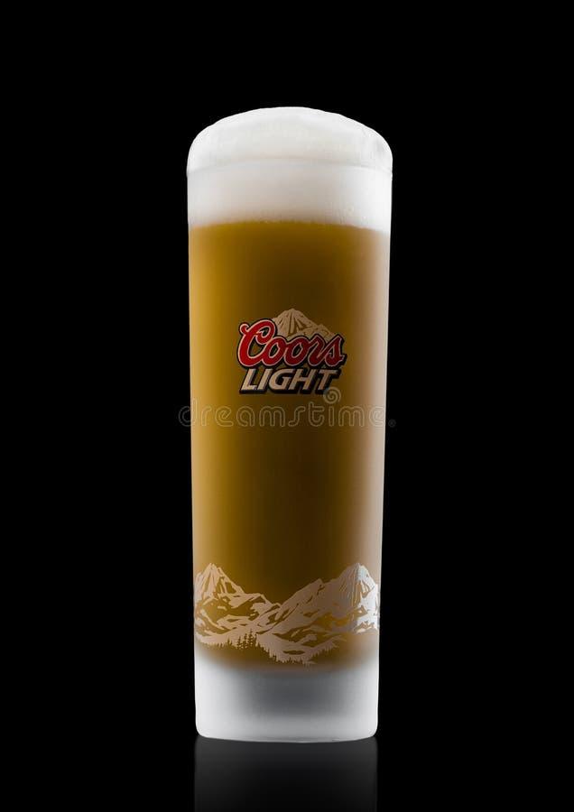 LONDRA, REGNO UNITO - 3 NOVEMBRE 2017: Vetro della birra di Coors Light sul nero Coors aziona una fabbrica di birra in dorato, Co fotografie stock