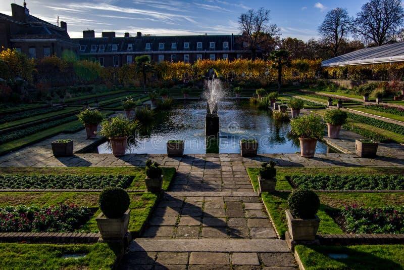Londra, Regno Unito - 13 novembre 2018 - vista del paesaggio di bello giardino incavato Palazzo di Kensington nei precedenti fotografie stock libere da diritti