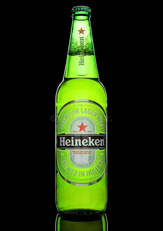 LONDRA, REGNO UNITO - 17 OTTOBRE 2016: Bottiglia di Heineken Lager Beer su fondo nero Heineken è il prodotto di nave ammiraglia d immagine stock