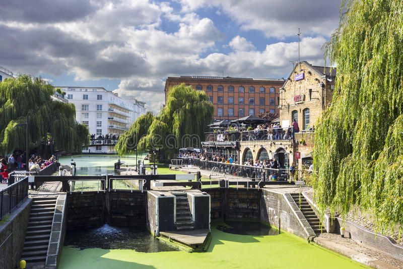LONDRA, REGNO UNITO - 1° OTTOBRE 2015: Camden Lock, serrature della strada di Hampstead è un manuale gemellato fissa il canale de immagine stock libera da diritti