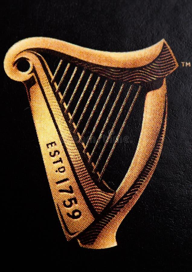 LONDRA, REGNO UNITO - 20 OTTOBRE 2017: Logo della birra originale di Guinness su fondo bianco La birra di Guinness è stata prodot fotografie stock libere da diritti