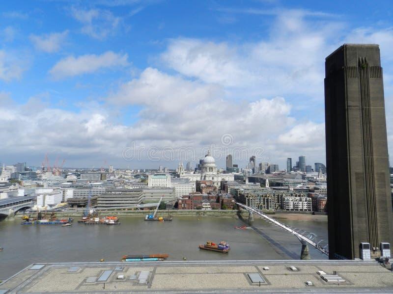 Londra, Regno Unito Ponte di millennio, cattedrale della st Paul's e la città dal punto di vista di Tate Modern fotografia stock libera da diritti