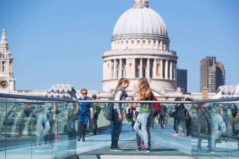 Londra, Regno Unito St Paul Cathedral e ponte di millennio immagine stock