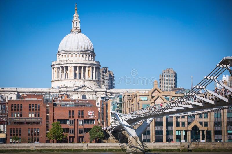 Londra, Regno Unito St Paul Cathedral e ponte di millennio immagini stock libere da diritti