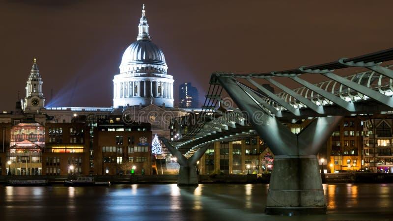 Londra Regno Unito Vista di notte della cattedrale di StPaul e del ponte di millennio dalla Banca del sud fotografia stock libera da diritti