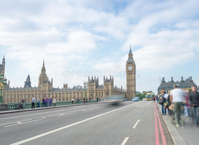 LONDRA - 29 SETTEMBRE 2013: Passeggiata dei turisti lungo Westminster Bri fotografie stock libere da diritti