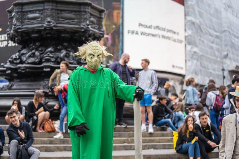 Londra, West End di Londons a Westminster, Regno Unito, luglio 2019 Circo di Piccadilly Yoda di galleggiamento Artista della via immagine stock