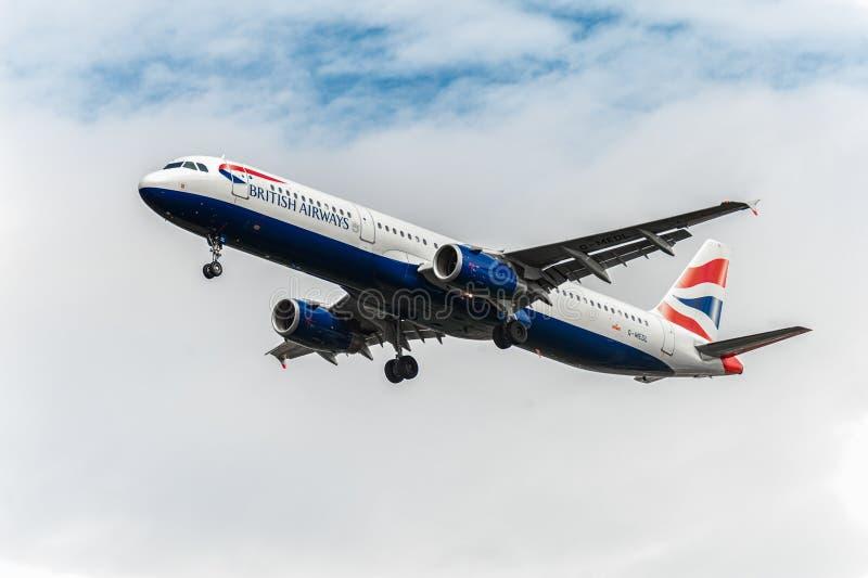 LONDRES, ANGLETERRE - 22 AOÛT 2016 : Atterrissage de G-MEDL British Airways Airbus A321 dans l'aéroport de Heathrow, Londres photos libres de droits