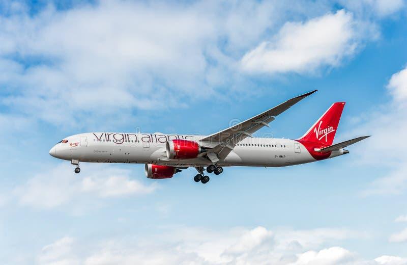LONDRES, ANGLETERRE - 22 AOÛT 2016 : Atterrissage de G-VMAP Virgin Atlantic Airways Boeing 787-9 Dreamliner dans l'aéroport de He photos libres de droits