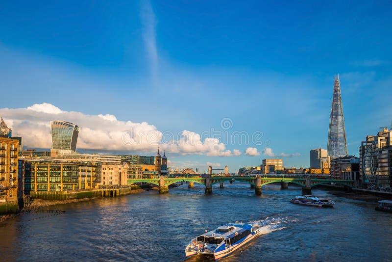 Londres, Angleterre - bateaux guidés au coucher du soleil sur la Tamise avec le pont de Southwark et le pont de tour photographie stock