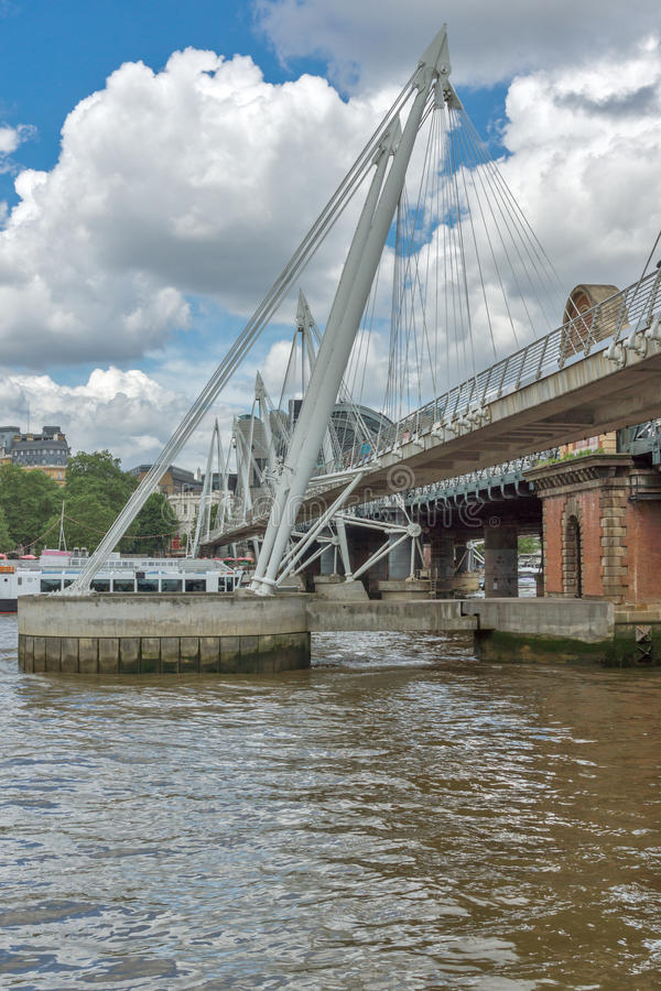 LONDRES, ANGLETERRE - 15 JUIN 2016 : Pont de Hungerford et Tamise, Londres, Royaume-Uni photo libre de droits