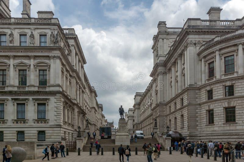 LONDRES, ANGLETERRE - 17 JUIN 2016 : Salles 'opérations renseignement' et Robert Clive Memorial de Churchill vus de la rue du Roi photographie stock libre de droits