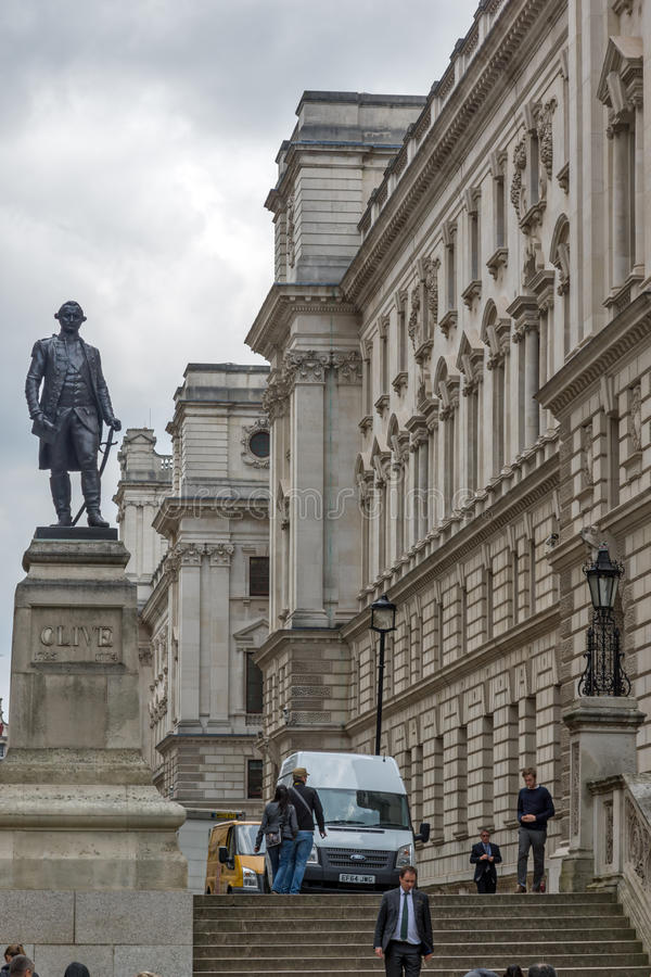 LONDRES, ANGLETERRE - 17 JUIN 2016 : Salles 'opérations renseignement' et Robert Clive Memorial de Churchill vus de la rue du Roi image libre de droits