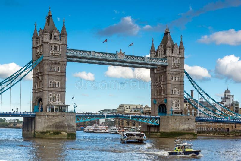LONDRES, ANGLETERRE - 15 JUIN 2016 : Vue de coucher du soleil de pont de tour à Londres vers la fin d'après-midi, Royaume-Uni image libre de droits