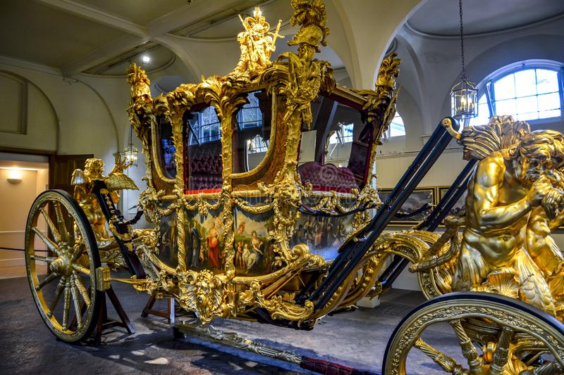 LONDRES, Angleterre R-U - 15 février 2016 : Mews London royale Le car d'état d'or photos libres de droits
