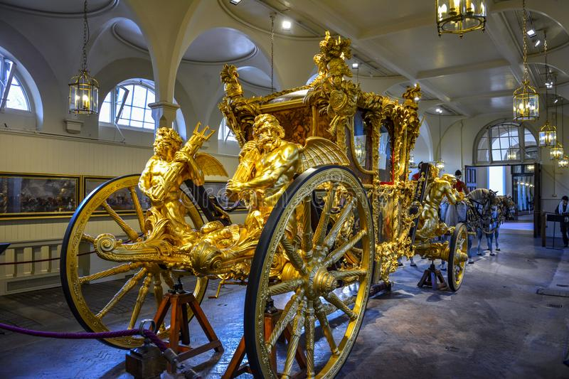 LONDRES, Angleterre R-U - 15 février 2016 : Mews London royale Le car d'état d'or photographie stock libre de droits