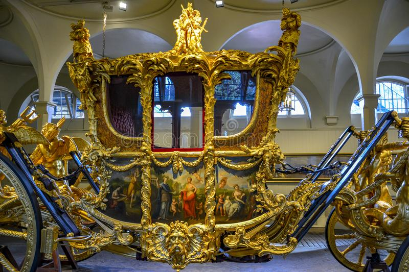 LONDRES, Angleterre R-U - 15 février 2016 : Mews London royale Le car d'état d'or images stock