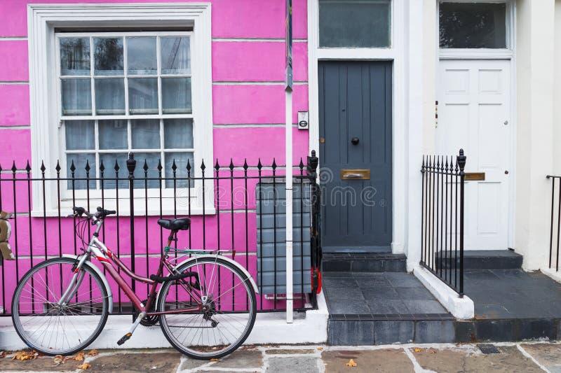 Londres, Angleterre, R-U - maison britannique colorée typique et une bicyclette photos libres de droits