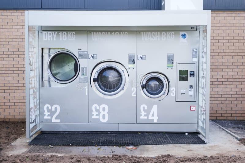Londres, Angleterre/R-U - 14 octobre 2018 : Machine à laver à jetons dans la ville dehors pour l'usage public à jetons photo libre de droits