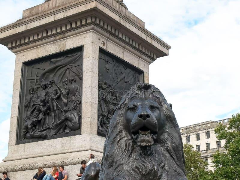 LONDRES, ANGLETERRE, R-U - 17 SEPTEMBRE 2015 : étroitement de la base de la colonne du Nelson dans la place trafalgar, Londres photographie stock