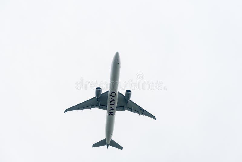 LONDRES, ANGLETERRE - 27 SEPTEMBRE 2017 : Lignes aériennes Boeing de Qatar Airways 777 A7-BED décollant dans l'aéroport internati photos libres de droits