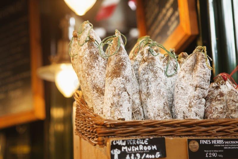 LONDRES - 23 AOÛT 2017 : Saucissons sur le marché de ville à Londres image stock