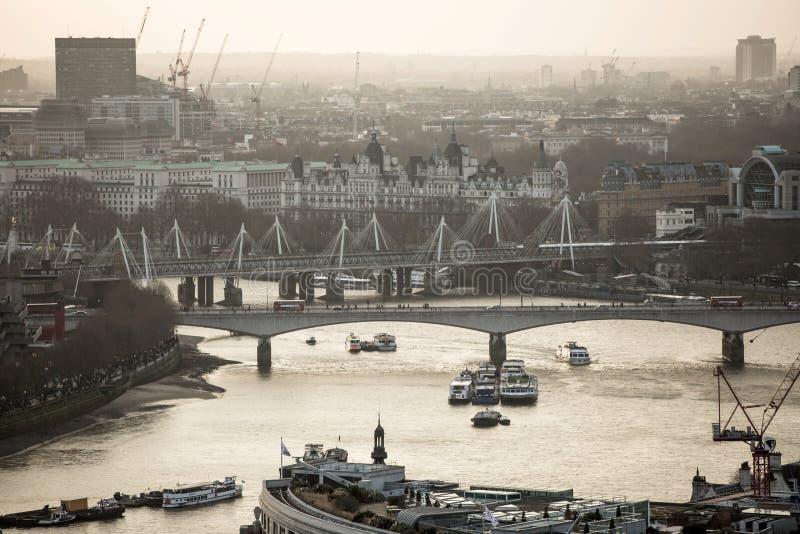 Londres au coucher du soleil avec Vue à l'aria de Westminster, la Tamise avec les bateaux, le remblai et les ponts de Londres photo stock