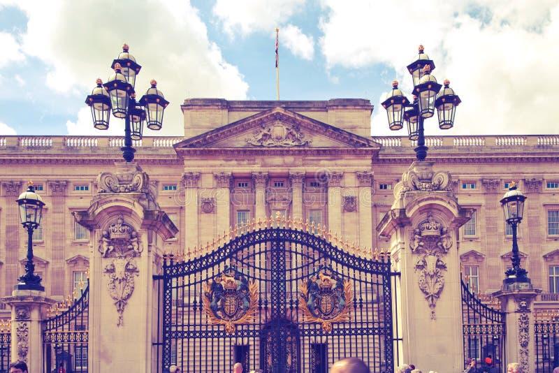 Londres, Buckingham Palace la residencia oficial de la reina Elizabeth II y uno del turista principal dest fotografía de archivo libre de regalías