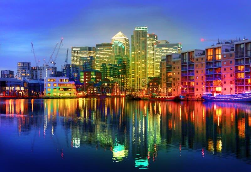LONDRES, CANARY WHARF R-U - 13 avril 2014 - architecture en verre moderne de l'aria d'affaires de Canary Wharf, sièges sociaux pou images stock