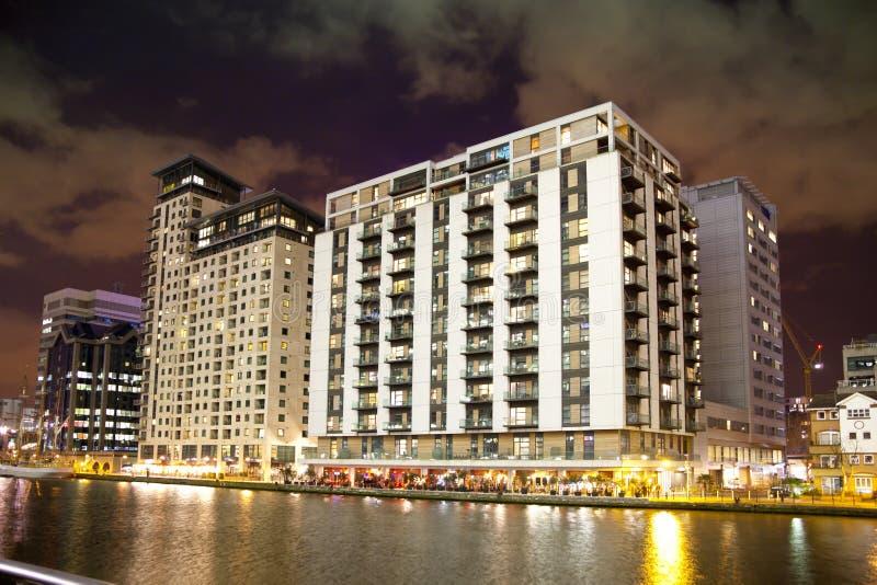 LONDRES, CANARY WHARF R-U - 4 avril 2014 l'immeuble de luxe de Canary Wharf avec des cafés et les restaurants en rivière dégrossis images stock