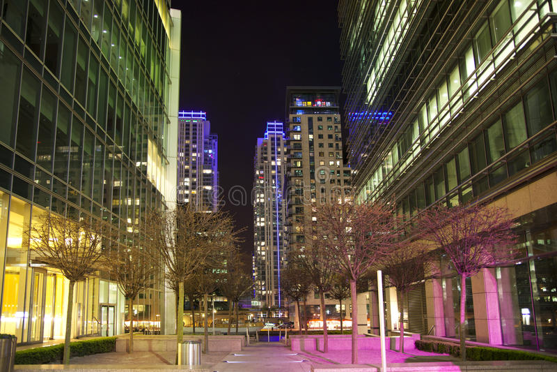 LONDRES, CANARY WHARF R-U - 4 avril 2014 la vue carrée de Canary Wharf dans la nuit s'allume photographie stock