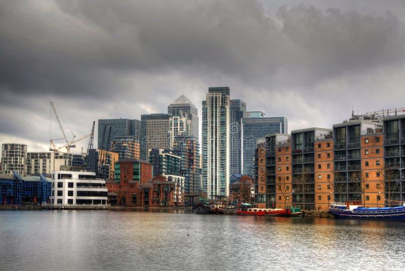 LONDRES, CANARY WHARF Reino Unido - 13 de abril de 2014 - arquitectura de cristal moderna de la aria del negocio de Canary Wharf,  foto de archivo