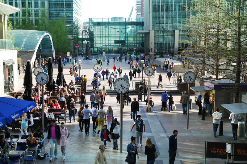 LONDRES, CANARY WHARF Reino Unido - 13 de abril de 2014:- Canary Wharf e trabalhadores de escritório quadrados imagem de stock royalty free