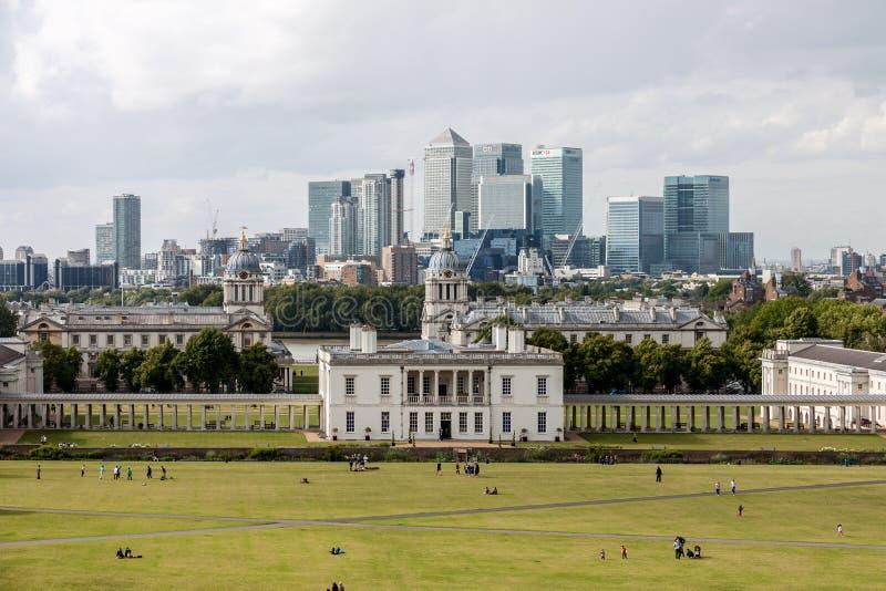 LONDRES - 12 DE AGOSTO: Casa del Queens con el horizonte de Canary Wharf fotos de archivo libres de regalías