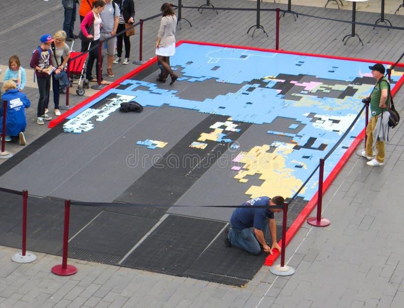 LONDRES - 27 DE AGOSTO: Mapa gigante da serra de vaivém no Southbank de Tamisa foto de stock