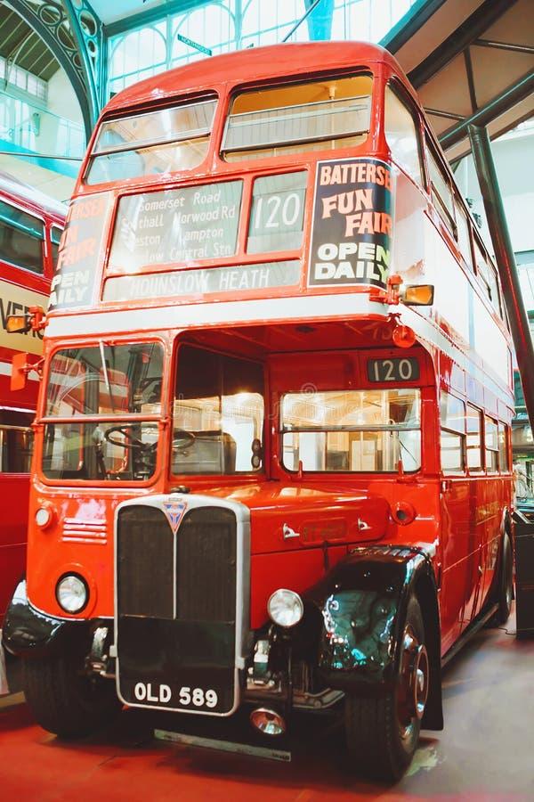 LONDRES - 22 DE AGOSTO DE 2017: Os ônibus velhos do ônibus de dois andares em Londres transportam o museu, o Reino Unido Esta é u imagem de stock royalty free