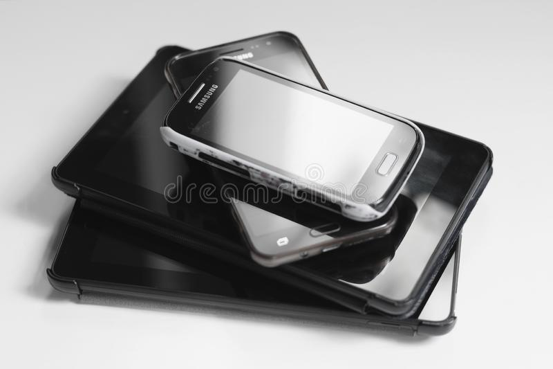Londres/11 de julho de 2019 BRITÂNICO - pilha de tabuletas e de telefones celulares de Samsung foto de stock royalty free
