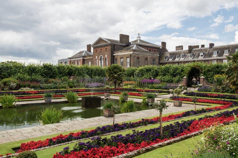 Londres - 6 de julho de 2014: Jardins do palácio de Kensington completos das flores e dos poucos turistas imagens de stock royalty free