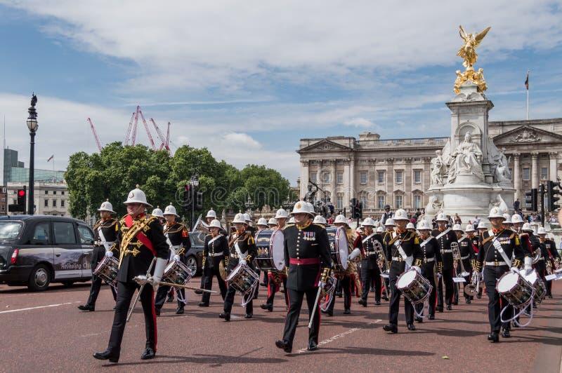 Londres - 8 de julio de 2014: Banda militar cerca del Buckingham Palace imágenes de archivo libres de regalías