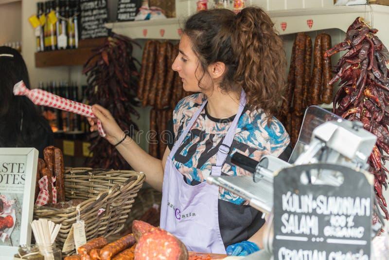 LONDRES - 12 DE JUNIO DE 2015: Pan de carne hecho en casa (salchicha) en el mercado de domingo de los granjeros orgánicos Mercado fotografía de archivo libre de regalías